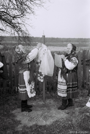 Dressing Roadside Crosses on Easter Morning, Daniljevichy 2015, F1120011(2015089b-.jpg