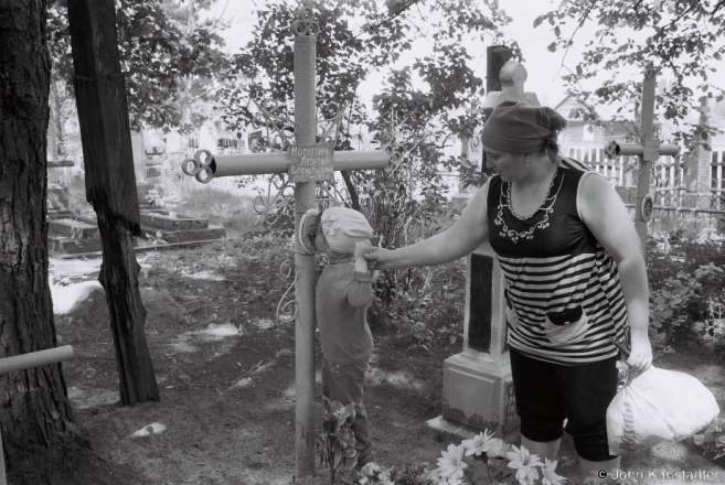 1c.Crosses of Belarus LXIX, Cleaning and Decorating Graves for Radaunitsa, Tsjerablichy 2016, 2016159-21A (F1180022