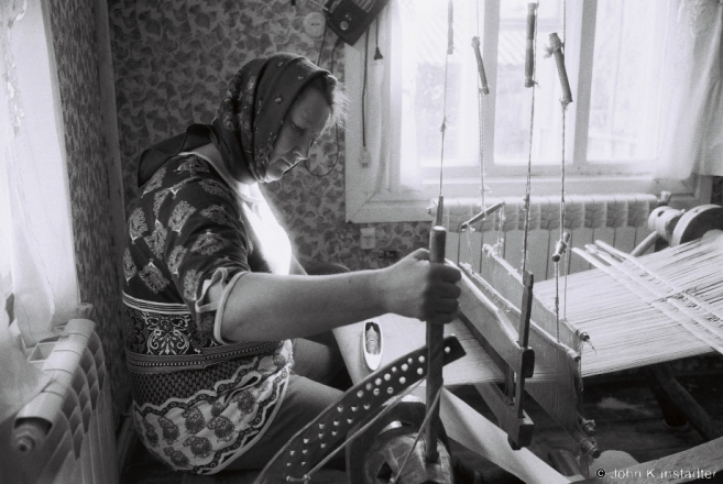 3.Vjerka Weaving on Granny Vul'ljana's Loom, Tsjerablichy 2017, 2017080- (F1010009