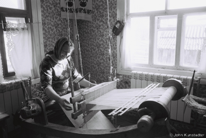 5.Vjerka Weaving on Granny Vul'ljana's Loom, Tsjerablichy 2017, 2017079- (F1050033